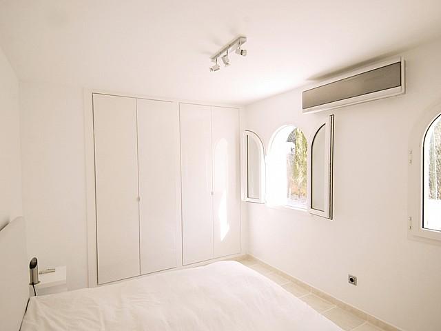 Шикарная спальня виллы в балеарском стиле