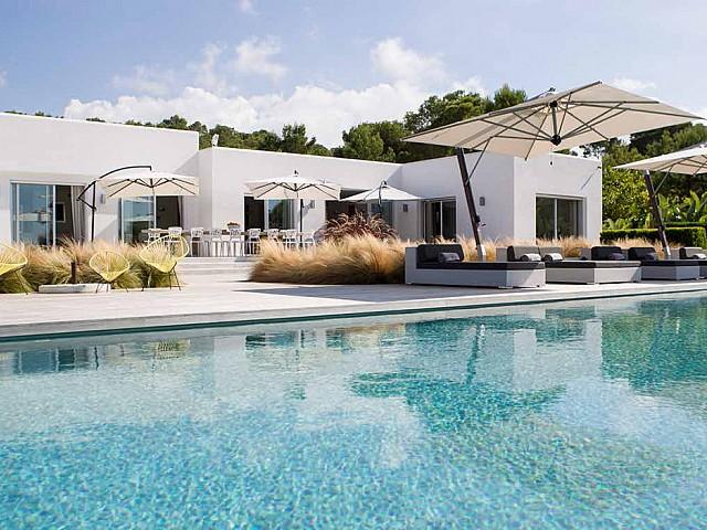 Elegante y moderna villa con vistas panorámicas en Ibiza