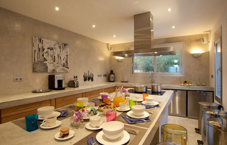Большая кухня виллы в аренду на Ибице