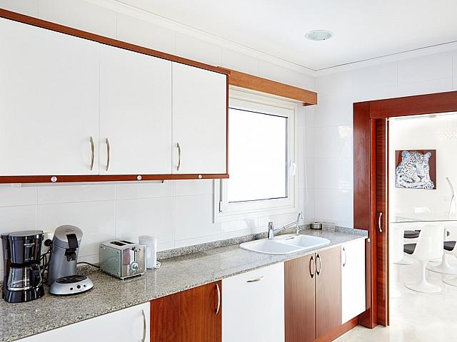 Современная кухня виллы в аренду на Ибице