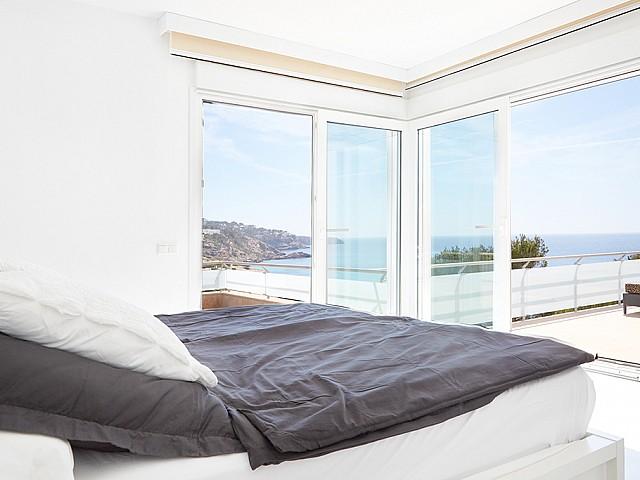 Dormitori ampli amb accés a la terrassa