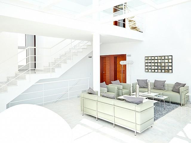 Salón-comedor con escaleras de acceso al piso superior