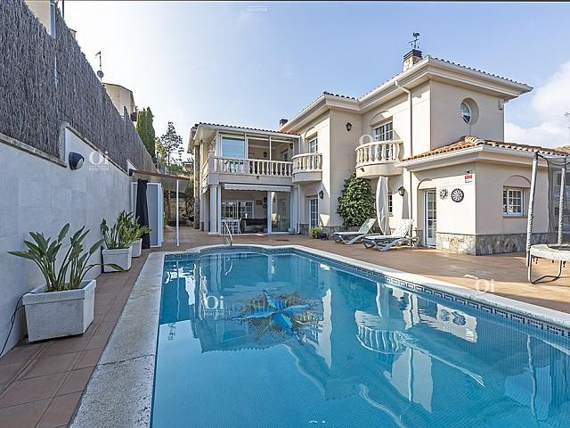 Casa indipendente di 500m2 su un terreno di 680m2 nell'urbanizzazione esclusiva di Can Teixid a Alella.