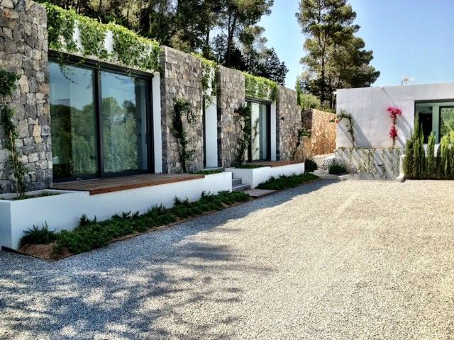 Просторный сад виллы в аренду на Ибице