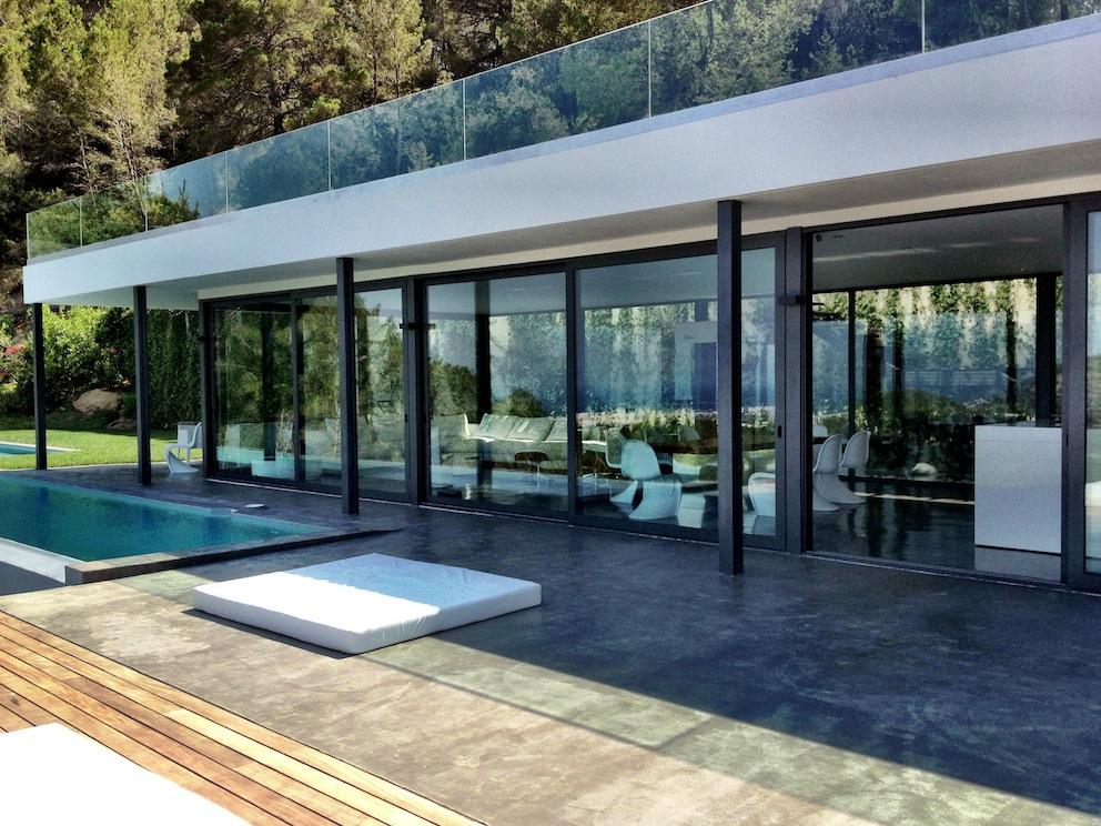 Accés a la terrassa amb la piscina