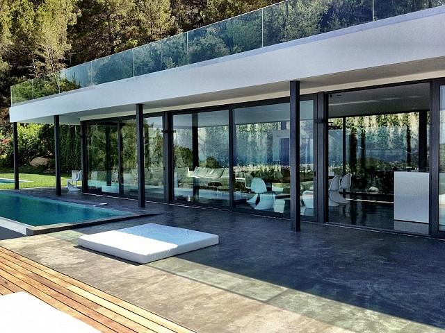 Acceso a la terraza con la piscina