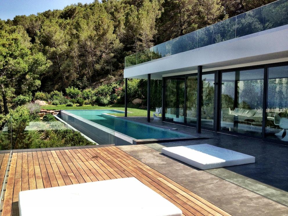 Vistes exteriors de la casa amb la piscina