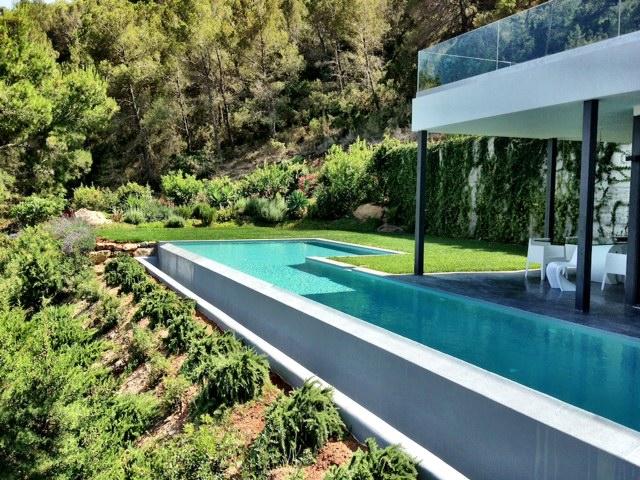 Jardín con una fantástica piscina