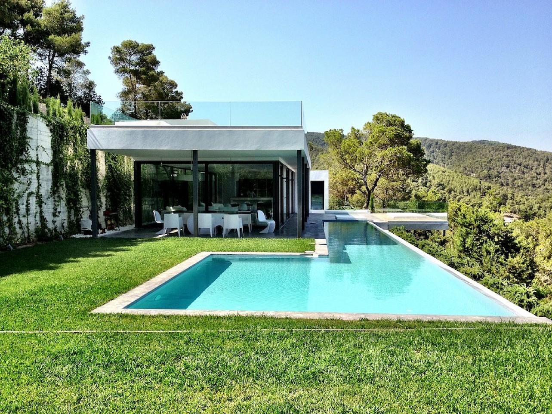 Gran piscina en el jardín