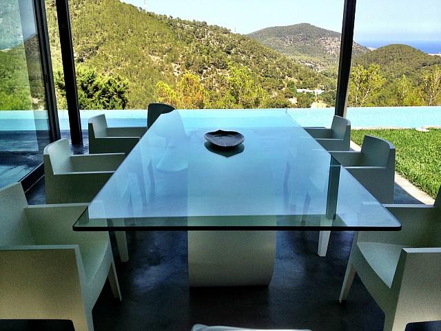 Menjador amb vistes a la piscina