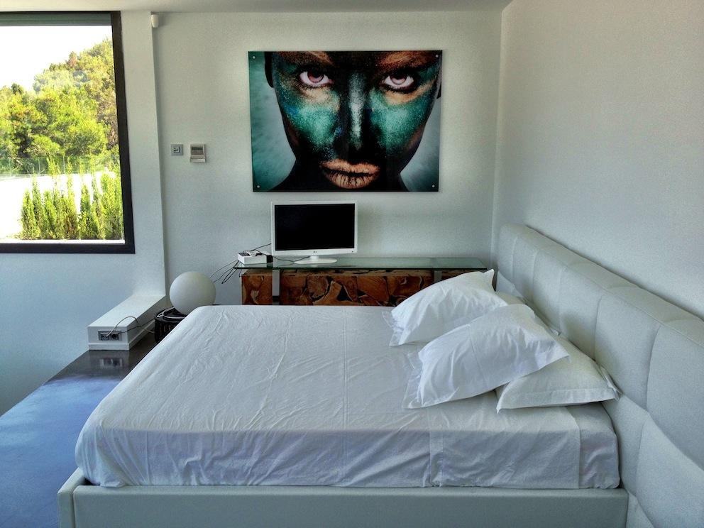 Просторная спальня виллы в аренду на Ибице