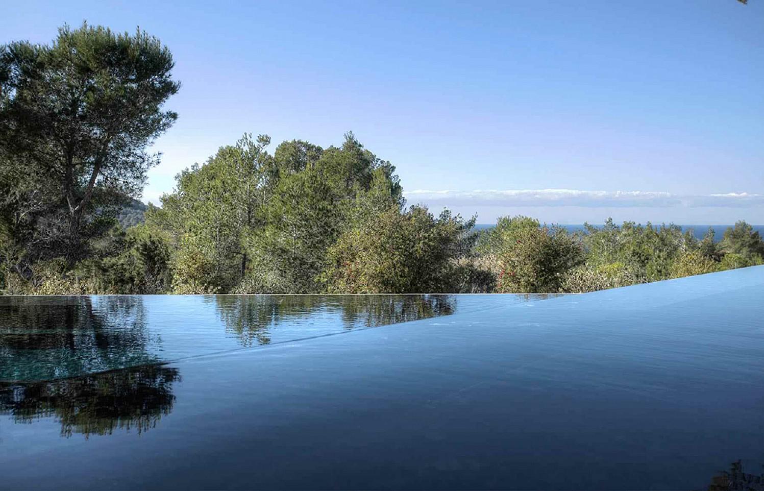 Роскошный бассейн виллы в аренду в Кала ТаридаРоскошный бассейн виллы в аренду в Кала Тарида