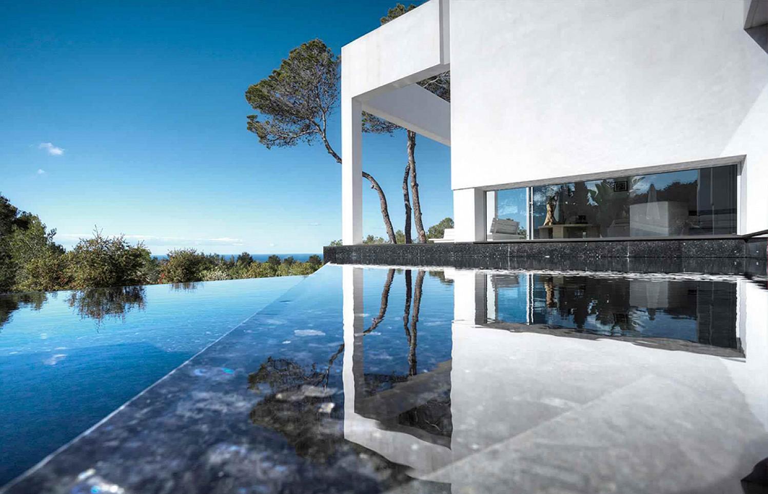 Exteriores de la casa con la piscina