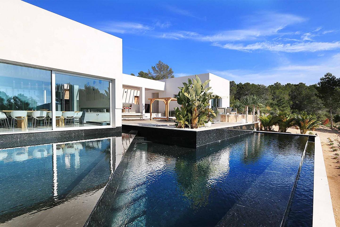 Роскошный бассейн виллы в аренду в Кала Тарида