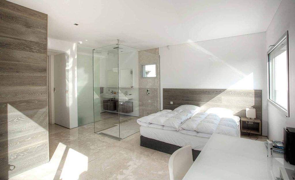 Dormitori ampli amb bona il.luminació
