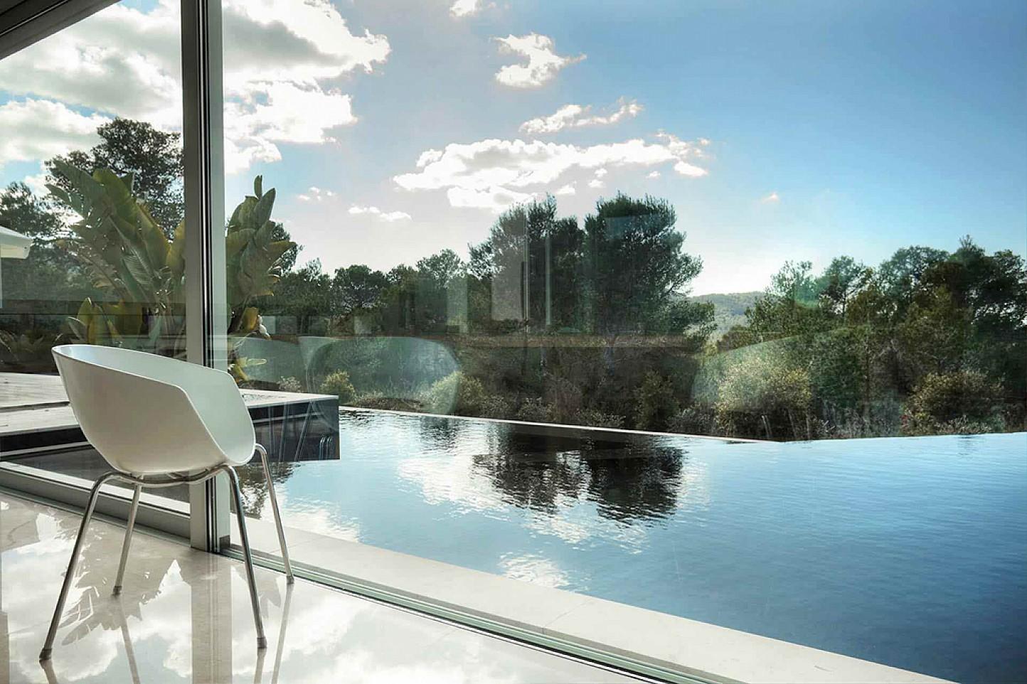 Gran piscina amb vistes