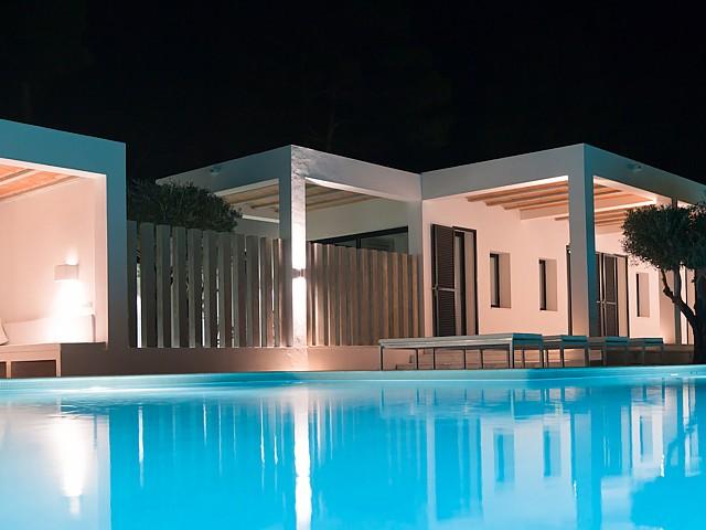 Шикарный бассейн виллы в аренду на Ибице