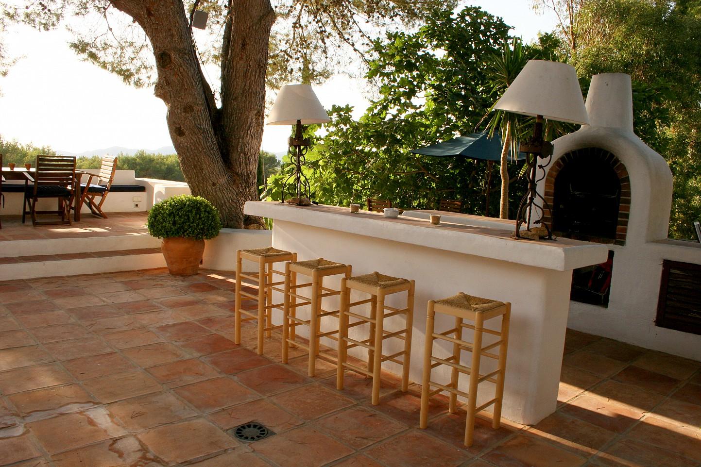 Terraza soleada con bar