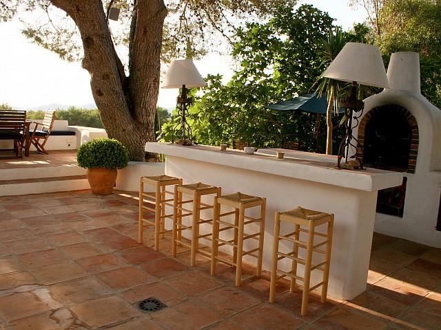 Terrassa solejada amb bar