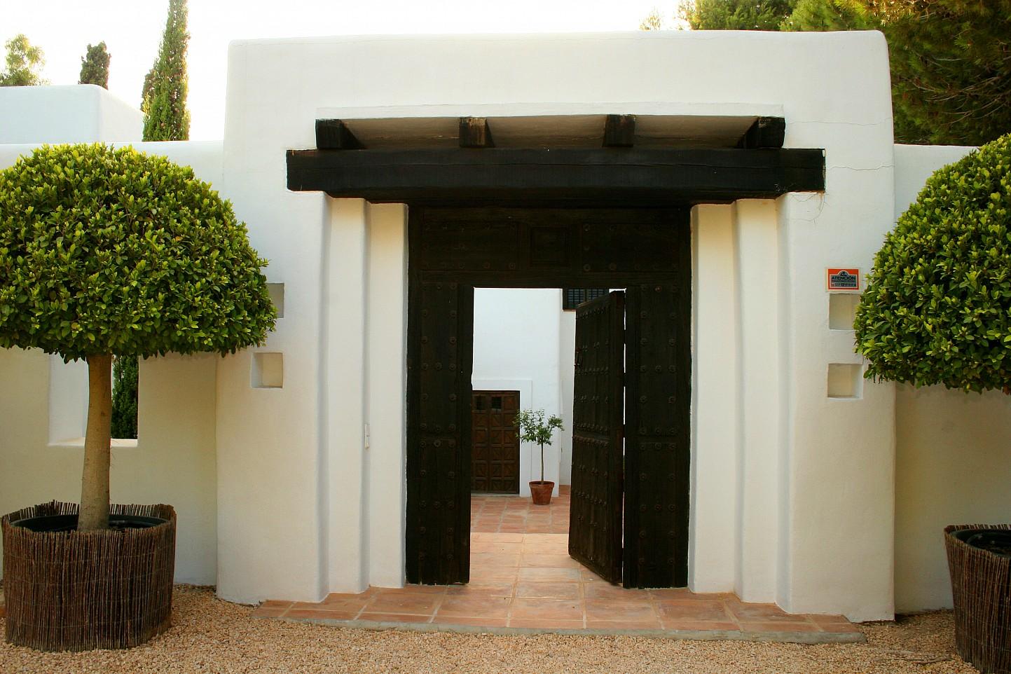 Вход в дом виллы в аренду на Ибице
