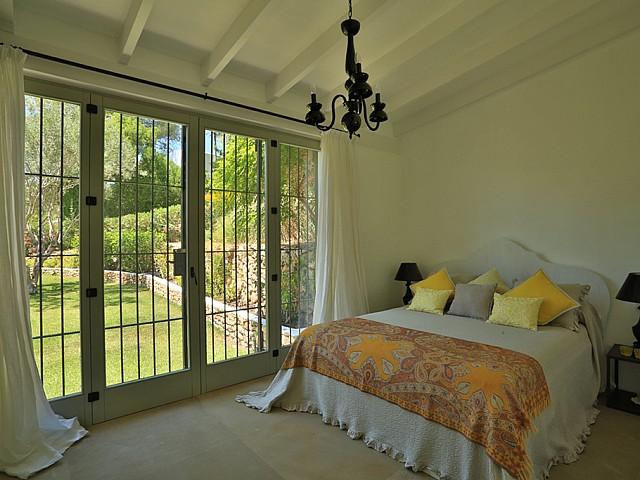 Шикарная спальня с выходом в сад дома в аренду в Санта Жертрудис