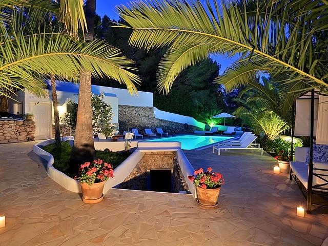 Vistes exteriors amb la gran piscina