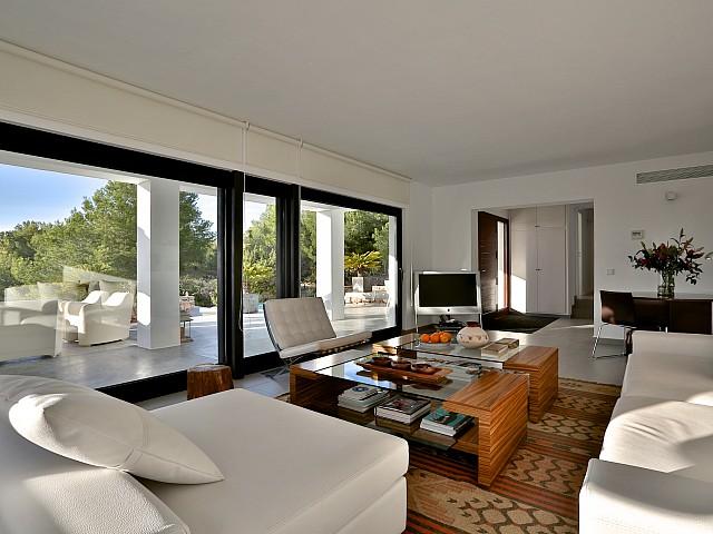 Роскошная гостиная виллы в аренду в Кала Тарида