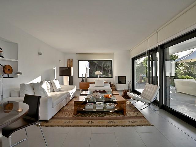 Salón amplio con acceso a la terraza