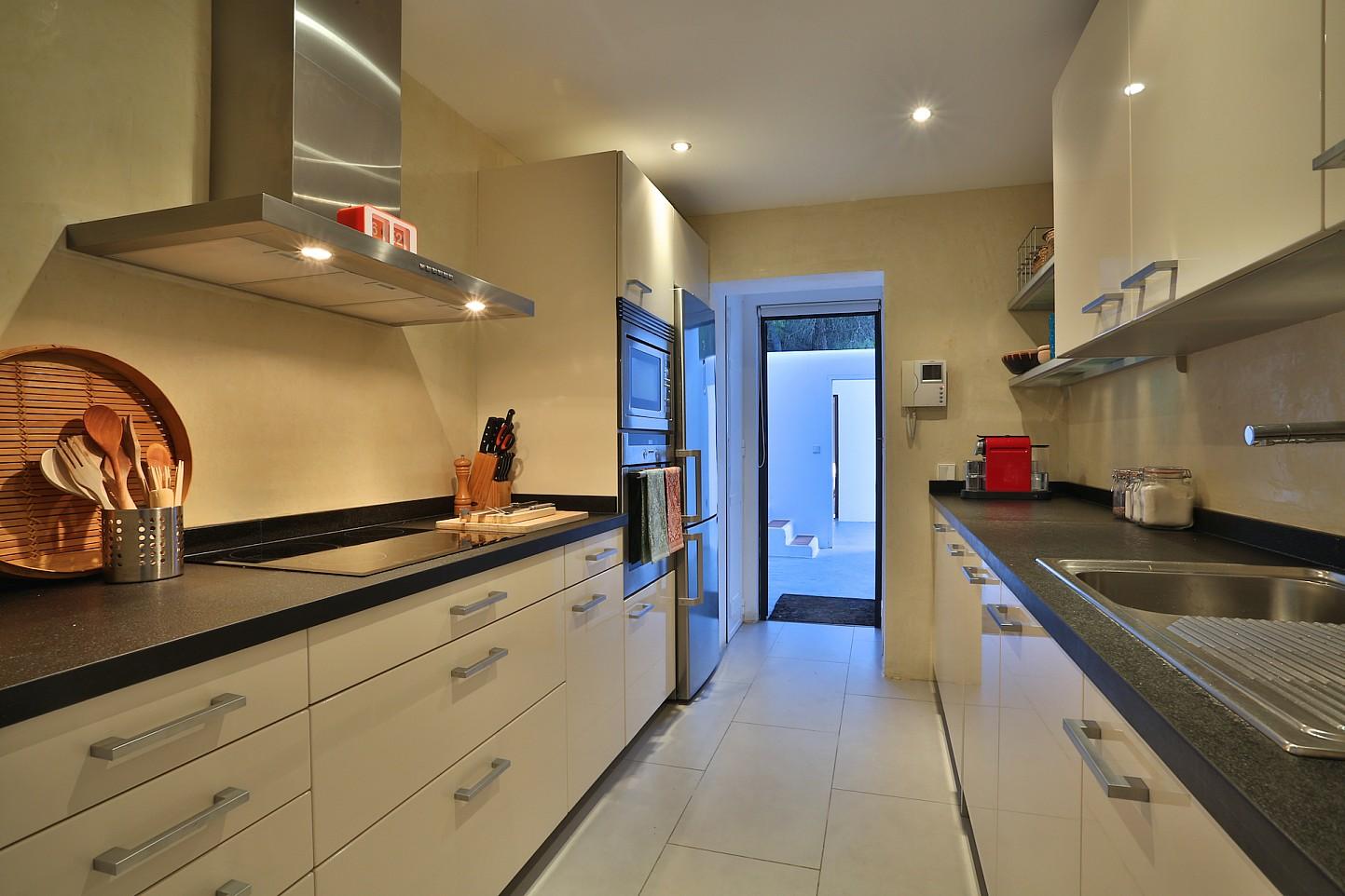 Современная кухня виллы в аренду в Кала Тарида