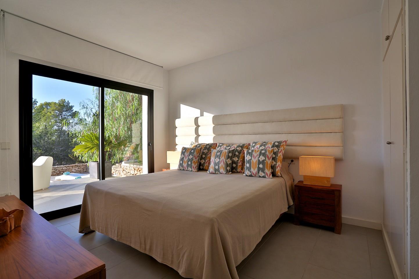 Уютная спальня виллы в аренду в Кала Тарида