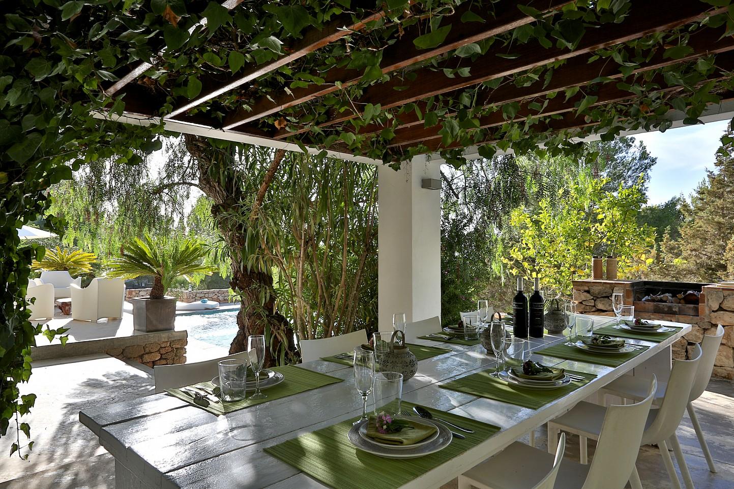 Столовая на свежем воздухе виллы в аренду в Кала Тарида