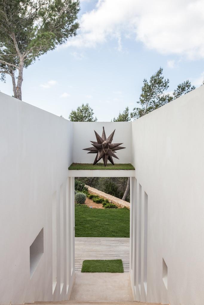 Живописный сад виллы в аренду на Ибице