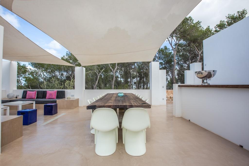 Столовая на свежем воздухе виллы в аренду на Ибице