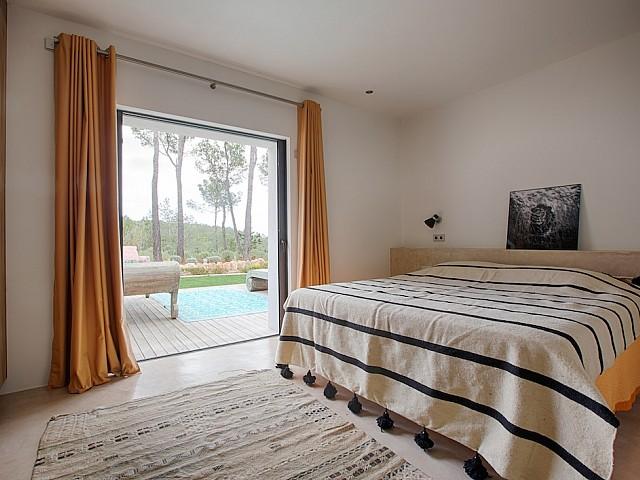 Стильная спальня виллы в аренду на Ибице