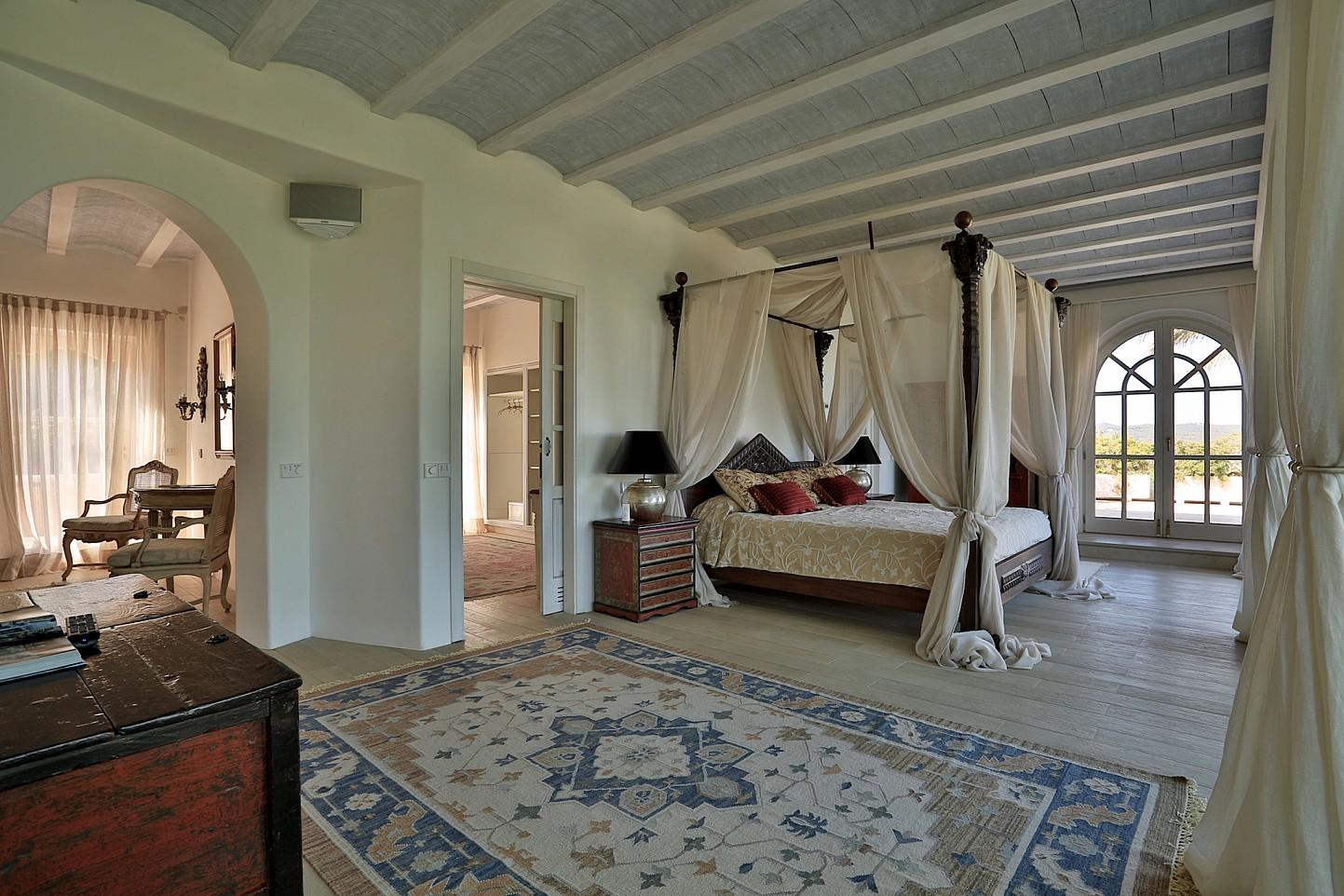 Огромная спальня комплекса в аренду на Ибице