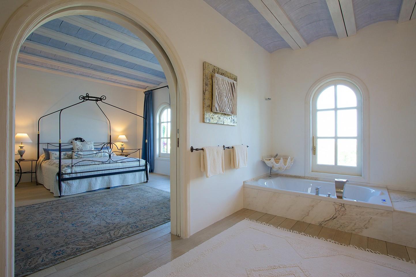 Vistes interiors d'un dels dormitoris amb bany en suite i banyera d'hidromassatge