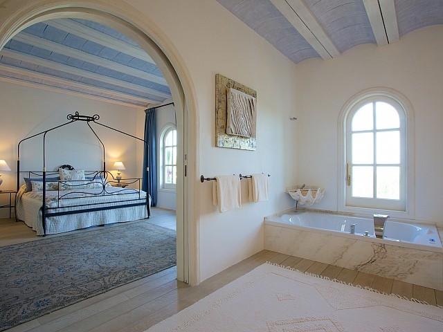 Vistas de uno de los dormitorios con baño en suite y bañera de hidromasaje