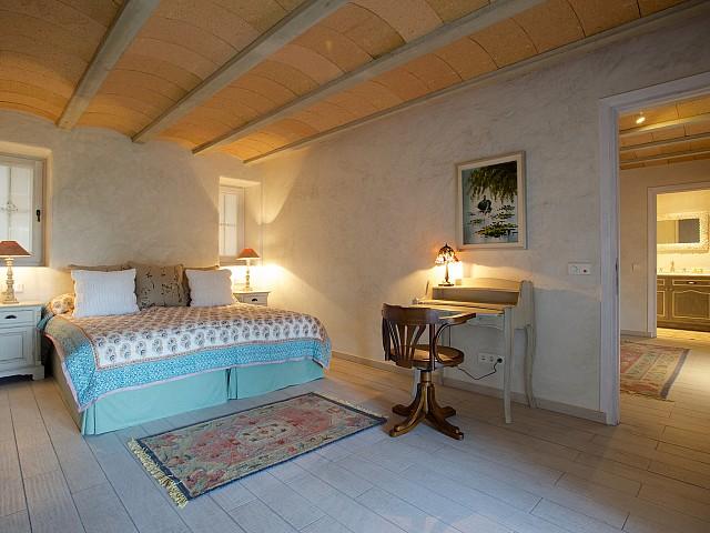 Светлая спальня комплекса в аренду на Ибице