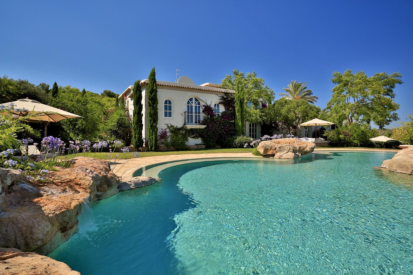 Шикарный бассейн комплекса в аренду на Ибице