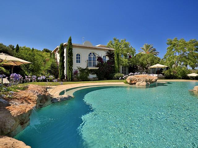 Vistas exteriores con la gran piscina