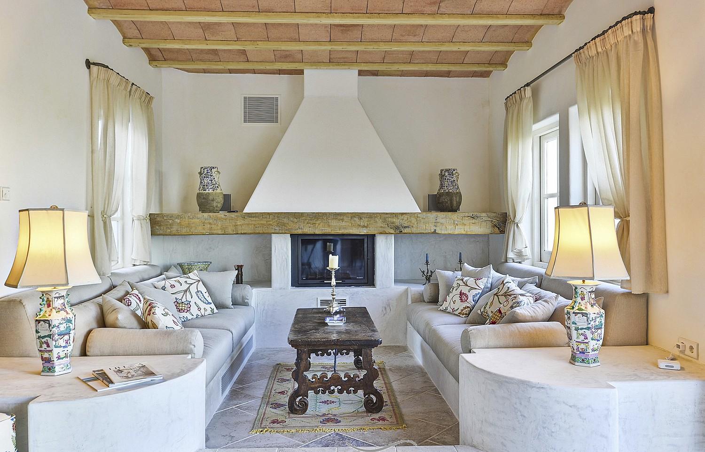 Salón espacioso con chimenea