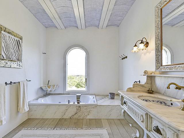 Baño en suite con bañera de hidromasaje