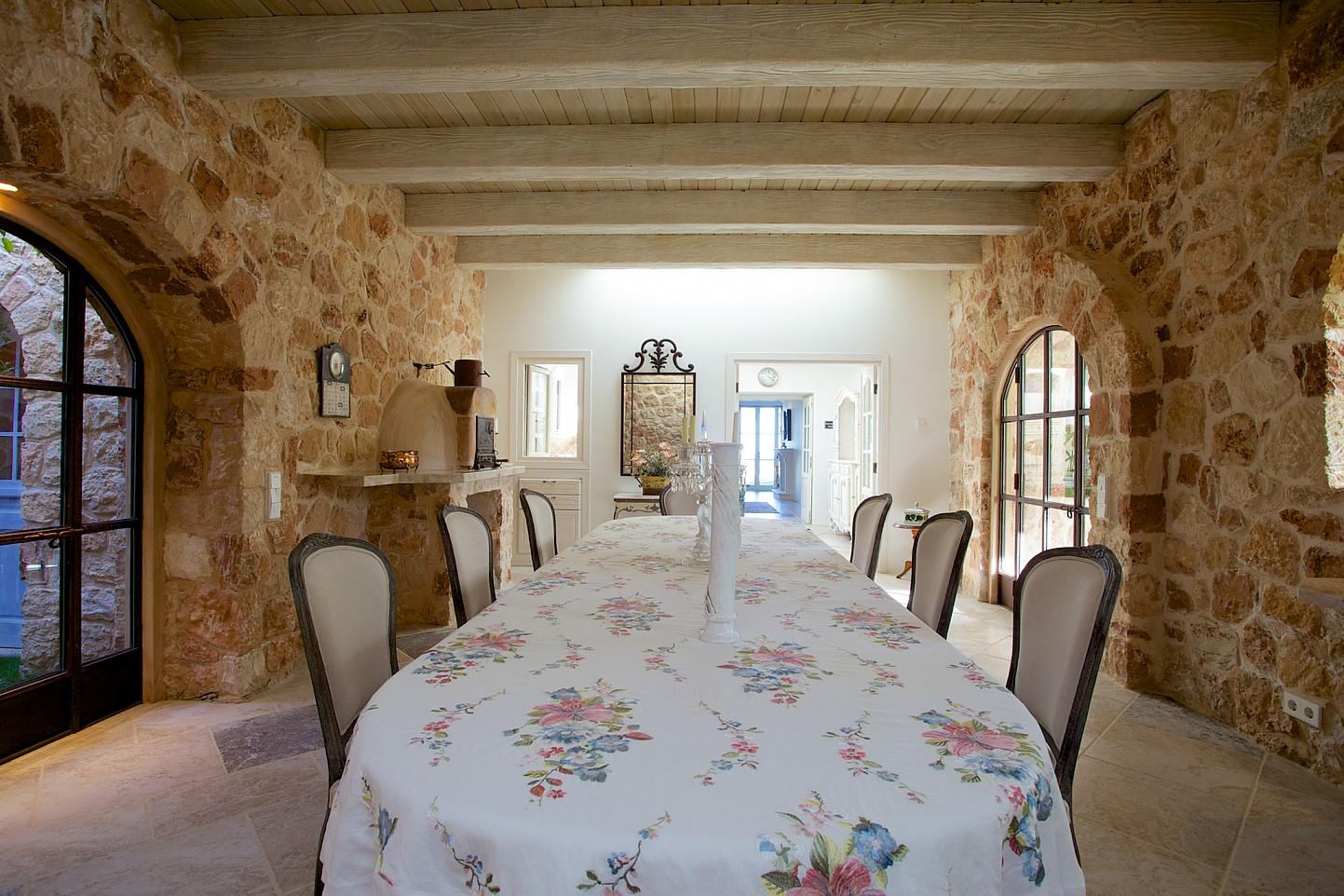 Comedor espacioso bien iluminado rodeado por ventanales arqueados
