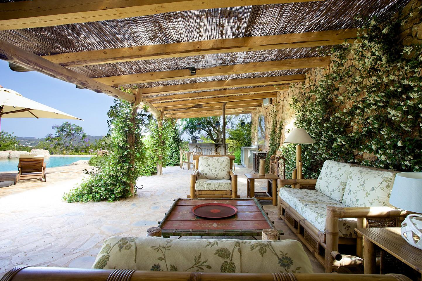 Zona de relax exterior cubierta por el porche