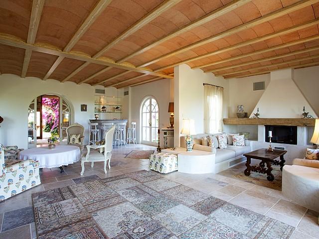 Шикарная гостиная комплекса в аренду на Ибице