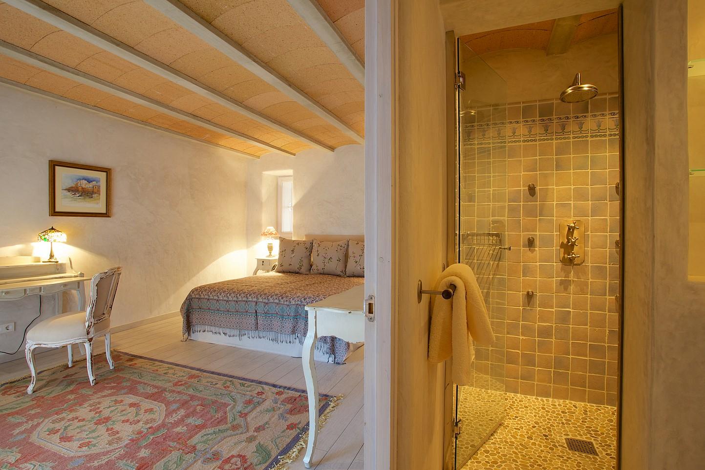 Dormitori amb dutxa separada