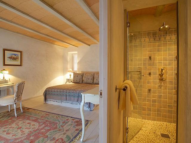 Dormitorio con ducha separada