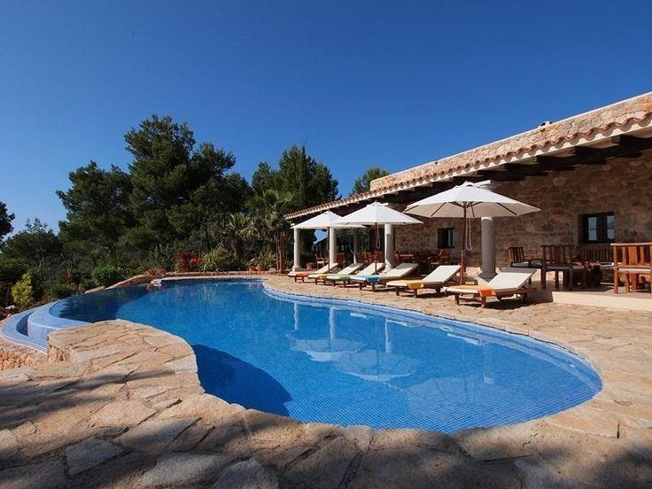 Gran piscina con hamacas y sombrillas