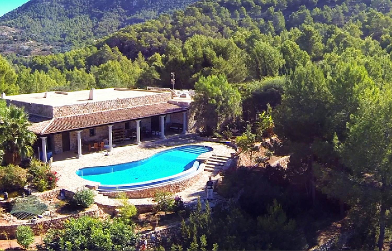 Vistas exteriores de la casa con la gran piscina en la terraza