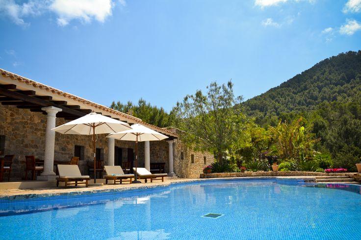 Огромный бассейн дома в аренду на Ибице